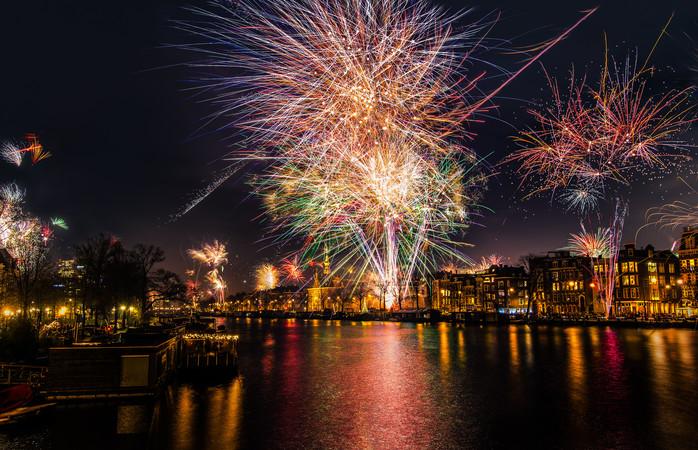 In Amsterdam wordt tijdens Oud & Nieuw een spectaculaire gratis vuurwerkshow gegeven bij de Kop van Java.
