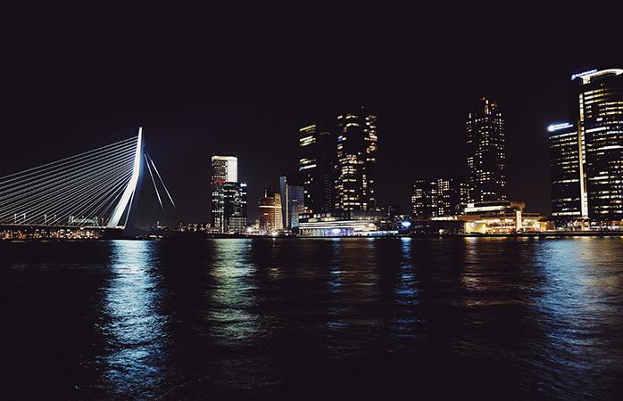 In Rotterdam vind elk jaar op de Erasmusbrug de grootste Vuurwerkshow van Nederland plaats om precies twaalf uur.