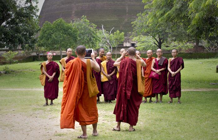 Boeddhistische monniken poseren voor een foto bij een tempel in Anuradhapura
