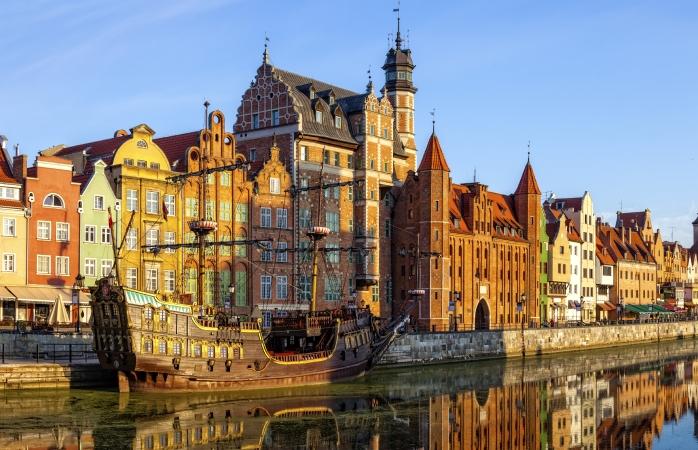 Het aandoenlijke oude stadsdeel aan de rivier in Gdańsk, Polen.
