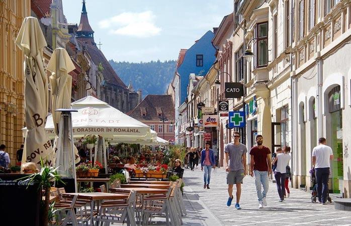 Slenteren door de leuke wandelstraatjes van Brașov