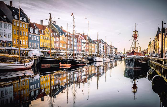 De mooie Deense hoofdstad Kopenhagen lijkt in vele opzichten op Amsterdam – met gekleurde gevelhuisjes aan het water en de vele fietsers.