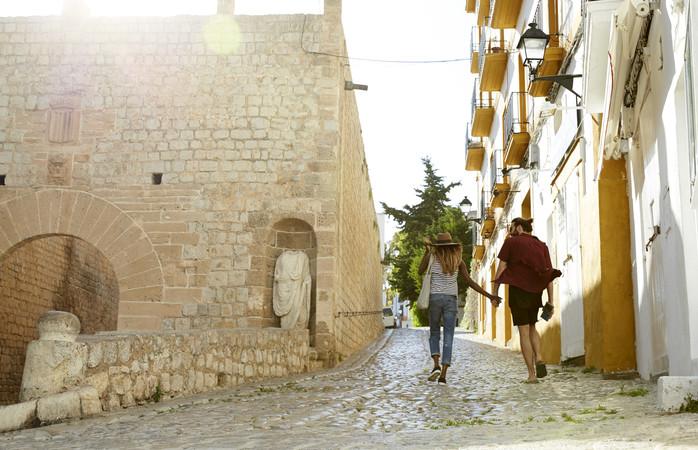 Wandelen door de kleine straatjes van Ibiza-stad
