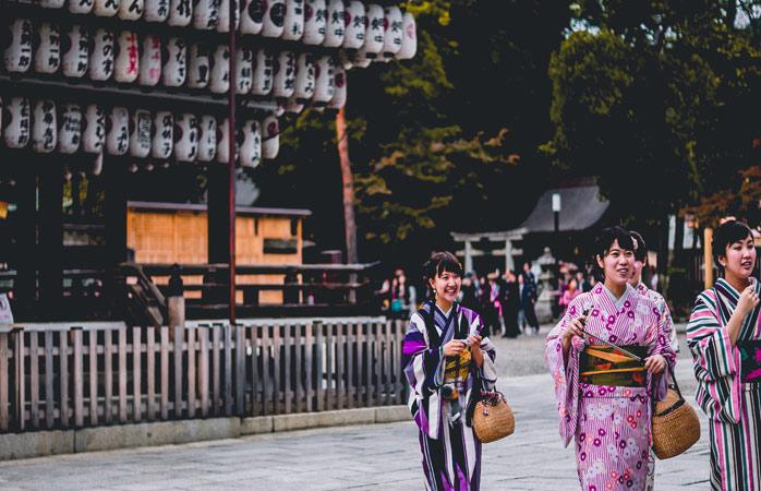 Traditionele Japanse kimono's hebben verschillende kleuren en patronen en worden vaak gedragen tijdens speciale gelegenheden