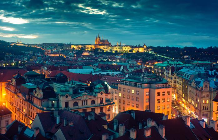 Praag is een moderne stad met een sprookjesachtige achtergrond.