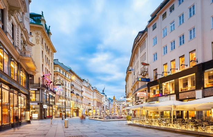 Valentijnsdag in Wenen vieren? Bezoek een mooie operavoorstelling in het Operagebouw of een klassiek concert in het Schönbrunn paleis.