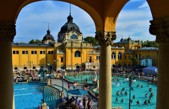 Breng samen met je lief een dag door in een van de badhuizen in Boedapest.