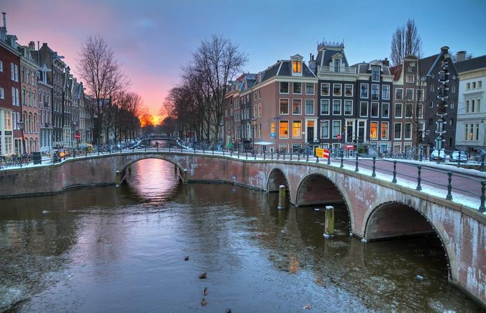 De opkomende winterzon vanaf een van de grachten in Amsterdam.