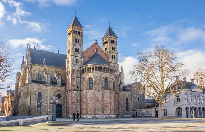 Maak in Maastricht een speciale Valentijnscruise en geniet van een diner bij kaarslicht terwijl de historische gebouwen aan je voorbij gaan.