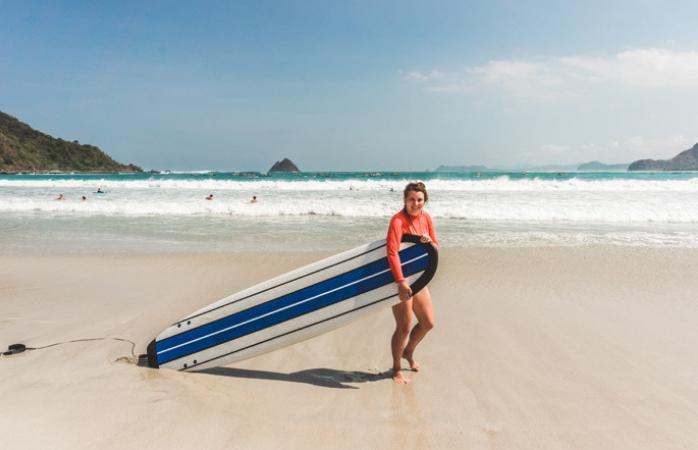 Stéphanie aan het surfen in Lombok, tijdens haar rondreis door Indonesië
