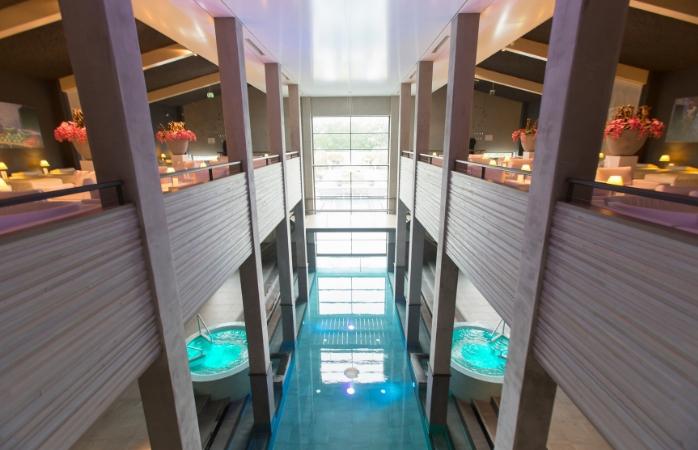 Het 40-meter lange zwembad: binnen onderdeel van de spa, buiten met uitzicht op het Amsterdamse Bos - Spa Sport Hotel Zuiver.