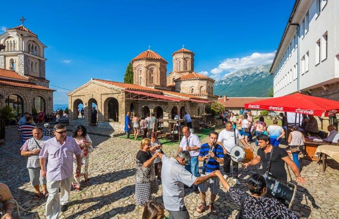 Locals vieren een feestje met muziek en dans nabij het St. Naum-klooster in Ohrid