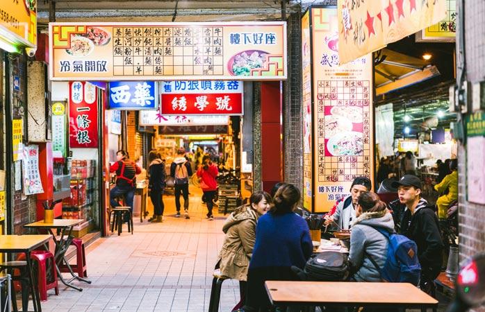 Een groep vrienden bespreekt het beste straatvoedsel van Taiwan