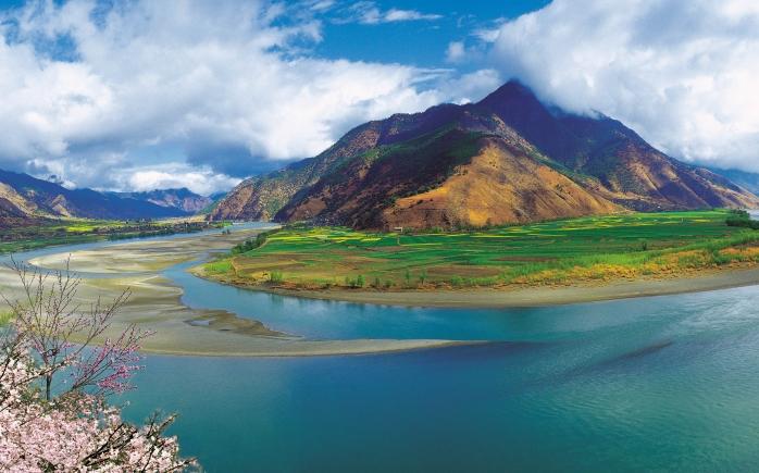 De krommingen van de Yangtze slingeren zich door het platteland van Yunnan.