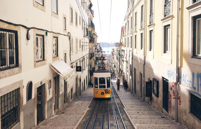 De nauwe straatjes van Lissabon, Portugal.