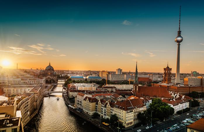 Uitzicht over Berlijn terwijl de zon onder gaat