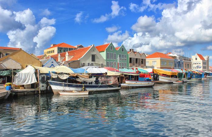 Een markt aan de waterkant van Willemstad, Curaçao