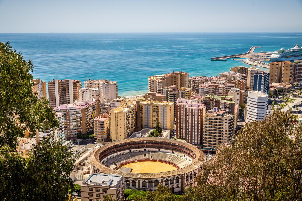 In Málaga vind je behalve een lange kuststrook met fijne zandstranden ook traditionele Spaanse cultuur, schitterende architectuur en de beste tapas bars.