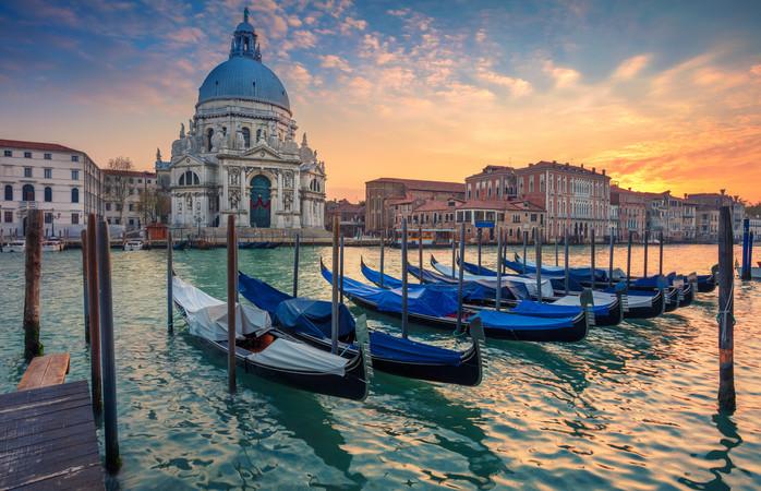 Een gondelrondvaart in Venetië is niet de enige manier om de stad vanaf het water te ontdekken. Ook het openbaar vervoer gaat veel per boot.